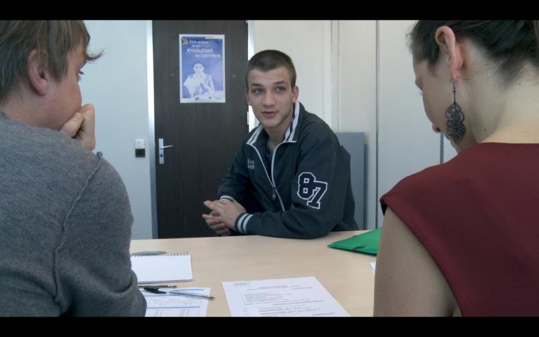Dans les règles du Jeu, un jeune  passe une simulation d'entretien d'embauche