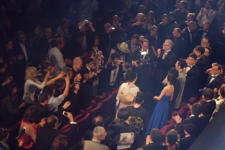 Naomi Kawase  et son équipe ovationné par le Grand Théâtre  Lumière
