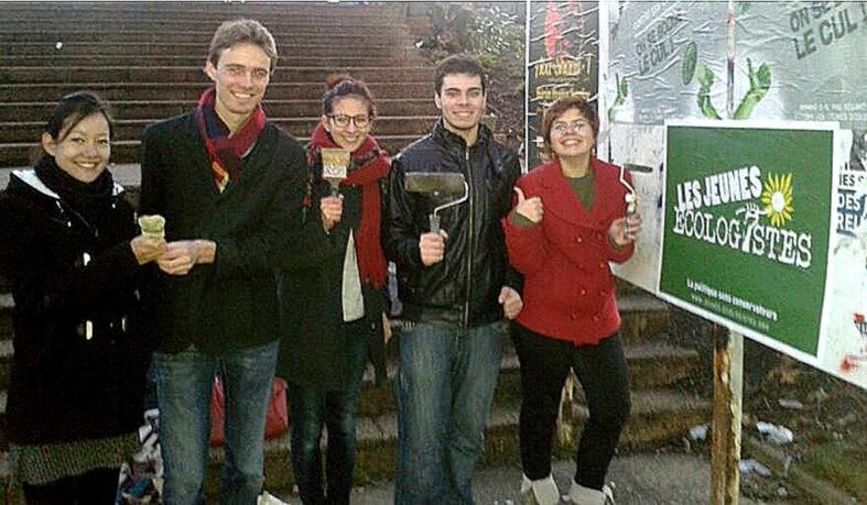 Lou et ses amis des Jeunes écologistes se lèvent tôt pour coller des affiches.  (c) Marion Beauchesne