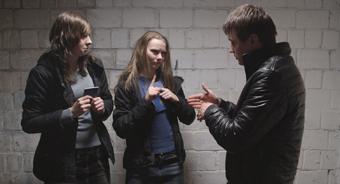 Anna et une amie signent dans le film The Tribe à la semaine de la Critique
